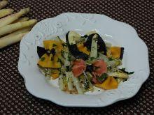 Kolorowy makaron z białymi szparagami