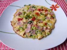 Kolorowy omlet z szynką i warzywami
