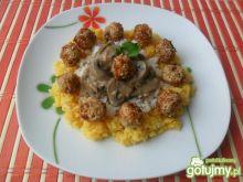Kolorowy ryż z sosem i mięsnymi kulkami