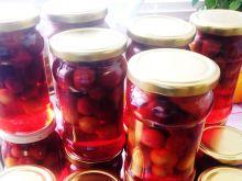 Kompot z agrestu truskawek i czereśni w słoikach