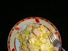 Konserwowa sałatka z jajkiem i pekińską