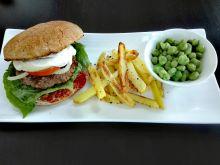 Koperkowy burger wołowy z domowymi frytkami