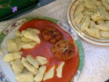 Kotleciki mielone z kopytkami, w sosie pomidorowym
