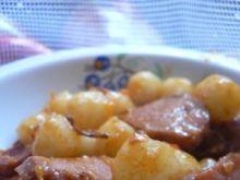 Kopytka z kiełbasą i cebulką