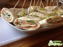 Koreczki w tortilli z łososiem