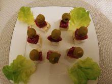 Koreczki z camembertem, salami i oliwkami