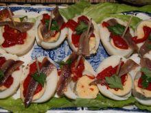 Koreczki z jajek,papryki i anchois.