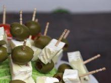 Koreczki z serem plesniowym i oliwkami
