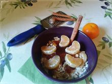 Korzenna owsianka z orzechami i mandarynką