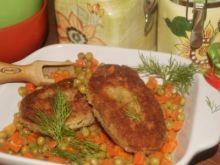 Kotleciki z kurczaka na marchewce z groszkiem