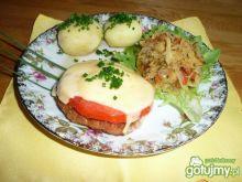 Kotlet mielony z plastrem pomidora