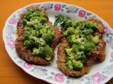 Kotlet z karkówki pod brokułową kołderką