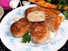 Kotlety mielone z indyka nadziewane hummusem
