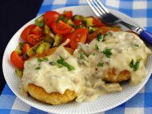Kotlety z mięsa i ziemniaków z sosem pieczarkowym