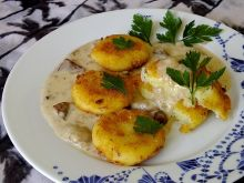 Kotlety z ziemniaków podane z sosem grzybowym
