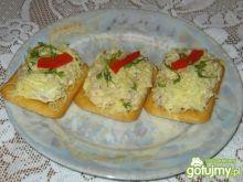 Krakersy z pastą tuńczykową