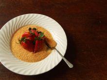 Krem bawarski z truskawkami i kruszonką