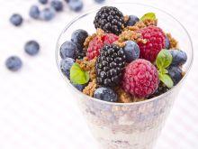Krem jogurtowy z owocami leśnymi i kruszonką