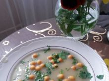 Krem z ziemniaków i cebuli z groszkiem ptysiowym