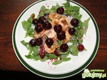 Krewetki z sosem wiśniowym na rukoli
