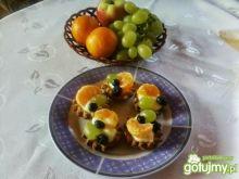 Kruche babeczki z budyniem i owocami.