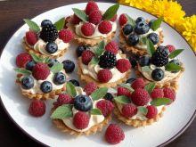 Kruche babeczki z kremem kawowym i letnimi owocami