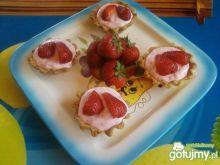 Kruche babeczki z serkiem truskawkowym.