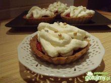 Kruche babeczki z truskawkami i śmietaną