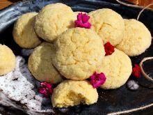 Kruche ciasteczka kukurydziane obtaczane w cukrze