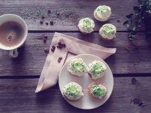 Kruche ciasteczka z kremem i kawałkami galaretki