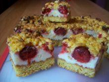 Kruche ciasto z budyniową pianką i truskawkami