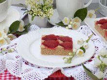 Kruche ciasto z cynamonem i truskawkami