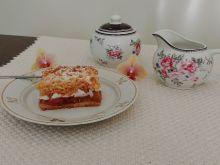 Kruche ciasto z jabłkami, śliwkami i pianką bezową