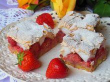 Kruche ciasto z truskawkami i lekką bezą