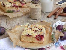 Kruche ciasto ze śliwkami, cynamonem i kruszonką