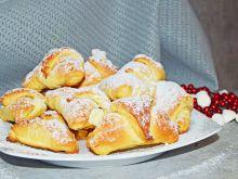 Krucho-drożdżowe rogaliki z serem i kokosem