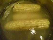 Kukurydza gotowana z dodatkiem masła