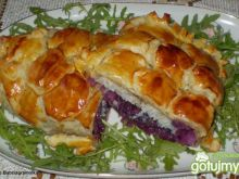 Kulebiak z czerwoną kapusta i rybą