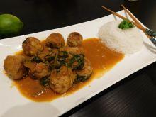 Kulki z indyka w sosie curry ze szpinakiem