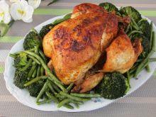 Kurczak na zielonej łące