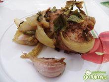 Kurczak pieczony z cebulą i czosnkiem