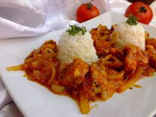 Kurczak po gruzińsku podany z ryżem