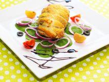Kurczak w cieście francuskim na lekkiej sałatce