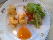 Kurczak w cieście sezamowym z sałatką z avokado