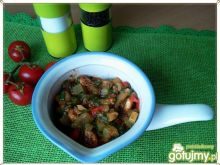 Kurczak w otoczeniu szpinaku i warzyw