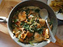Kurczak z kurkami i szpinakiem w sosie śmietanowym