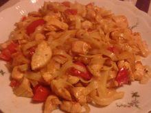 Kurczak z makaronem ryżowym z patelni