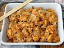 Kurczak z pastą Tom Yum i makaronem ryżowym