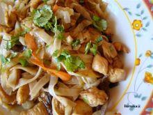 kurczak z ryżowym tagiatelle