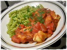 Kurczak z salami w paprykowo pomidorowym sosie